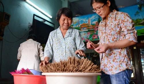 Vietnam woman taps medicinal herbs to make healthful joss sticks